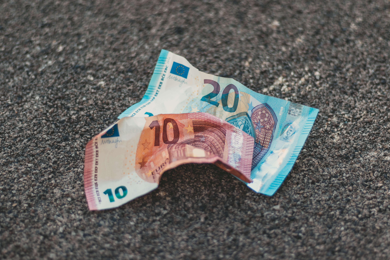 Come riconoscere una banconota falsa in cinque semplici passaggi